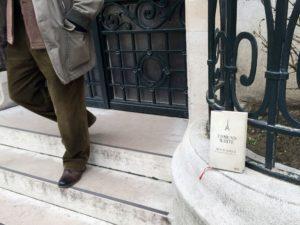 Vor dem Portal des Musée Gustave Moreau